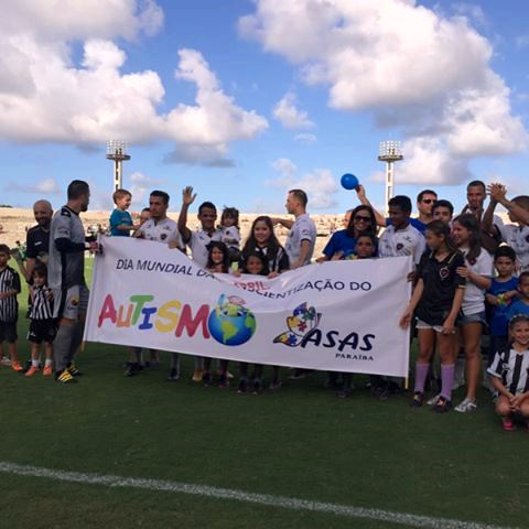 Crianças de várias associações entraram em campo com os jogadores do Botafogo-PB